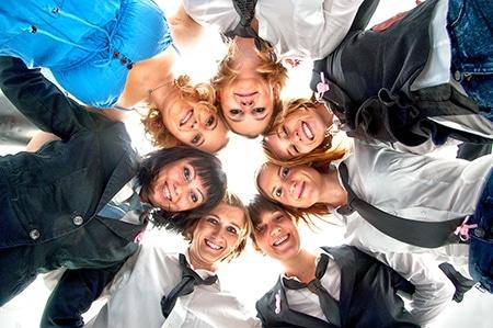 Gruppenfoto in Stuttgart - Junggesellinnenabschied Gruppen Fotografie von 7 jungen, lächelnden Frauen, aufgestellt im Kreis, Kopf an Kopf, mit Blick nach unten, fotografiert aus der Froschperspektive.