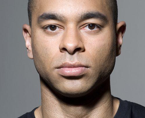 Sedcard für Chris - Sedcard BASIC 4.2 - Portraitfoto von Chris, kurzgeschorene Haare und schwarzes T-Shirt.