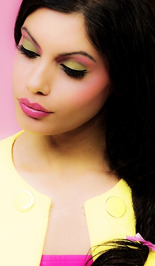 Beauty Fotografie mit Kat mit Make up und Styling nachgestellt der Puppe Barbie in den Farben pink und gelb.
