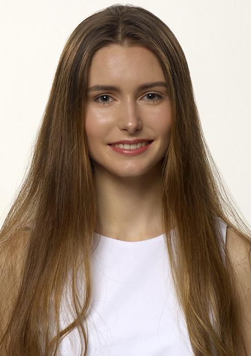 Portraitfoto von Fotomodel Celine mit langen braunen Haaren und Mittelscheitel. Sie trägt ein weißes Top, das als Untergrund für den Schriftzug ihres Namens dient.