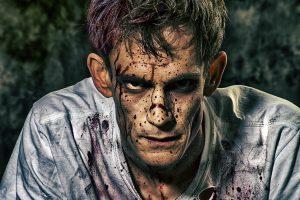 Ein Schauspielerportrait, blutverschmiert und verdreckt, von der Maske bestens präpariert.