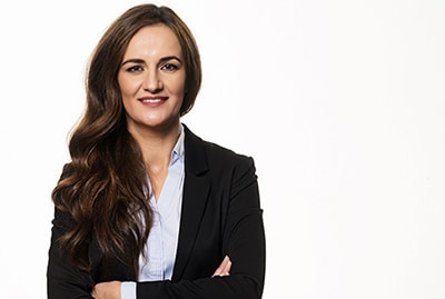Bewerbungsfoto, Portraitfotos - Fitness Manager Portrait, eine freundliche Geschäftsfrau mit langen offenen Haaren, in Blazer und Bluse, mit verschränkten Armen.