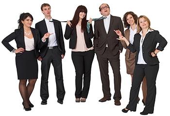 Certeo online Versand Stuttgart- Halbkreis-Portrait einer Gruppe von 6 Geschäftsleuten der Firma Certeo, auf weissem Untergrund - die 2 Herren werden von der Dame in der Mitte an der Krawatte gezogen, die anderen 3 Damen zeigen mit Fingern auf diese.