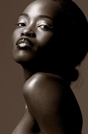 Getontes Schwarzweiss Portrait einer stolzen Afrikanerin - Overview zu Black Beauty Shooting und Schwarze Schönheit, Fotomodel und Thema Beauty.