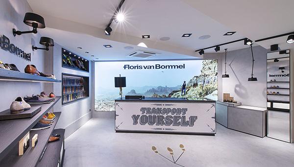 Innenaufnahme vom Floris van Bommel Store Stuttgart mit Verkaufstresen und einem grossen beleuchteten Plakat dahinter. Image alt attributes for Designerschuhe,