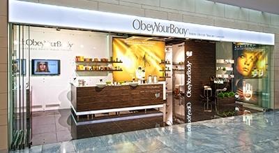 Aussenaufnahme vom geöffneten ObeyYourBody Shop in Stuttgart am Flughafen fotografiert mit vorhandenem Licht.alt attr. von Architekturfotografie