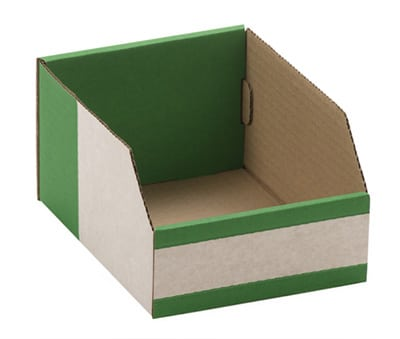 Eine kleine grün weisse zusammenklappbare Pappschachtel auf weissem Untergrund.